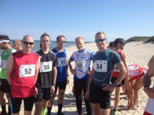 miesten joukkue valmiina matkaan kuumalta rantahiekalta